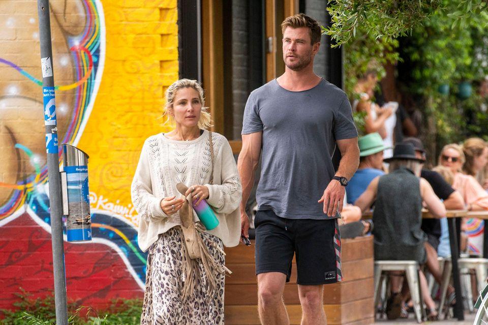 23. September 2020  Unter der Sonne Australiens lebt es sich entspannt: Schauspieler Chris Hemsworth und Ehefrau Elsa Pataky starten den Tag mit einem Café-Besuch inByron Bay. Gelassen schlendert das Paar durch den Badeort, und dabei genießen auch die Füßevolle Freiheit.