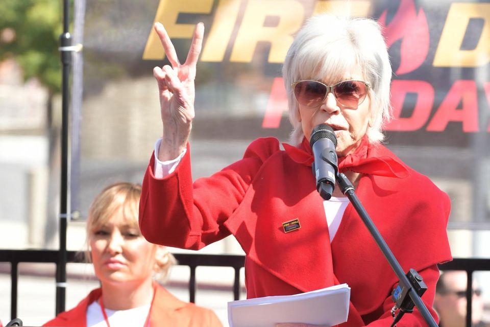 """Jane Fonda bei einer Veranstaltung ihrerProtestbewegung """"Fire Drill Fridays""""."""