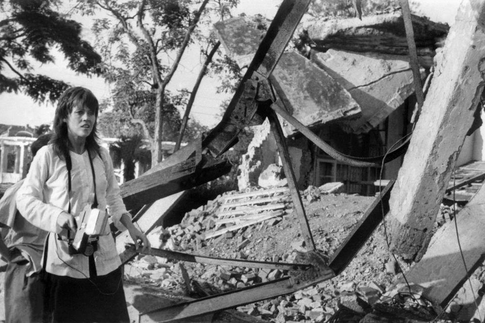 """Mit Fotokamera und Mikrofon reist Jane Fonda 1972 nach Vietnam, um die Gräuel des Krieges zu dokumentieren. Da sie auch mit der vietnamesischen Seite spricht, wird sie von der Nixon-Regierung als """"Hanoi-Jane""""verunglimpft und vom FBI bespitzelt."""