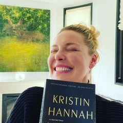 Bücherwurm Katherine Heigl freut sich über eine besondereÜberraschungihrerFreundin Kristin Hannah. Die Autorin hat ihr bereits vor dem offiziellen Veröffentlichungstermin ein Exemplar ihres neuen Romans geschickt.