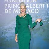 Helen Mirren ist und bleibt ein Phänomen: Die Schauspielerinist in ihrer grünen Robe des italienischen Luxus-Labels Dolce & Gabanna eine wahre Augenweide, vor allem ihre schmale Taille wird in dem Abendkleid perfekt in Szene gesetzt. Ein Highlight: Die farblich passende Maske.