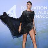 Dieser Auftritt ist spektakulär: Das brasilianische Model Sofia Resing setzt in einem Mini-Kleid des britischen Designers Julien Macdonaldihre langen Beine gekonnt in Szene.