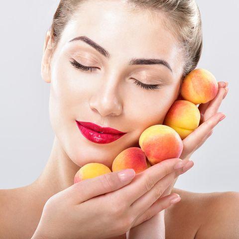 Das aus den Kernen der Aprikosen gewonnene Aprikosenkernöl ist ein unverwechselbar wertvolles Beauty-Produkt für unsere Haut.