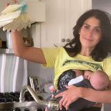 """Auf Instagram präsentiert """"Milchmädchen"""" Hilaria Baldwin ihren Vorrat für Baby Edu, der genüsslich an Mamas Brust hängt. Die abgepumpte Milch friert die Fünffach-Mama täglich ein, dabei achtet sie auf eine gute Ernährung. Kokoswasser, Eiweiß und Fette stehen ganz oben auf ihrem Speiseplan, damit ihr kleiner Sohn groß und stark wird."""