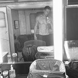 """25. September 2020  Mit einem sexy Spiegel-Selfie präsentiert Channing Tatum seiner Fangemeinde seinen durchtrainierten Körperauf Instagram. Mit dem Foto, das definitiv ein Hingucker ist, verbindet der Schauspieler jedoch auch eine ernstere Botschaft. Mit ehrlichen Worten erzählt er, wie er sich nach einer persönlichen Krise zurückins Leben gekämpft hat. Die Trennung von Sängerin Jesse J. scheint ihn deutlich mitgenommen zu haben, und die Corona-Pandemie dürfte ihr Übriges getan haben. Schön, zu sehen, dass der """"Magic Mike""""-Star sich wieder neuen Herausforderungen stellt, wie hier am Filmset von """"Dog""""."""