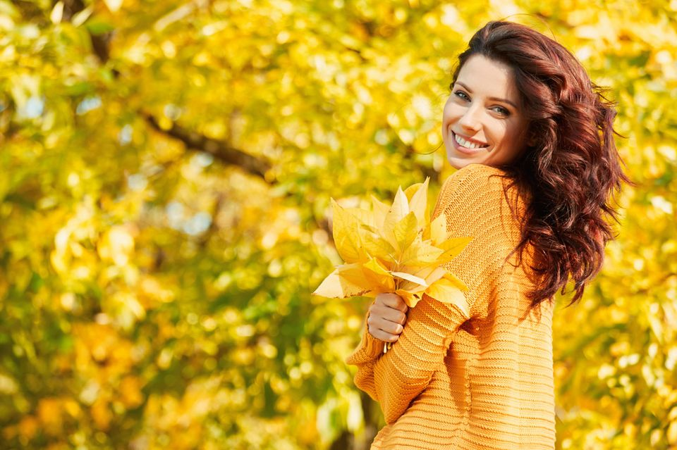 Herbst, glückliche Frau, bunt gefärbte Blätter