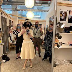 """Mit den nötigen Sicherheitsvorkehrungen kehrt Schauspielerin Rachel Brosnahan zurück ans Set für die Dreharbeiten der vierten Staffel von """"The Marvelous Mrs. Maisel"""". Aber zunächst müssen fürFräulein Maisel bei der Kostümanprobe die passenden Outfits im typischen 50er-Jahre-Look gefunden werden."""