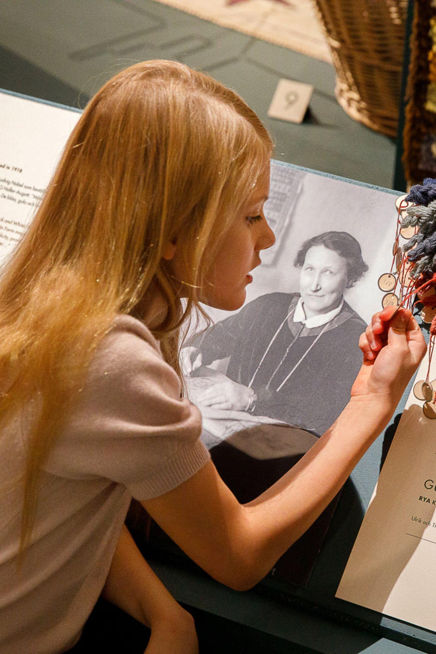 Interessiert schaut sich Prinzessin Estelle die Garnproben an, die die Künstlerin nach ihrer besonderen Farbskala einfärbte.