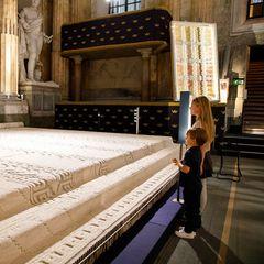 Und als zukünftige Regentin Schwedens betrachtet Prinzessin Estelle mit BruderOscar an ihrer Seite natürlich auch den prachtvollen, silbernen Thron ganz genau. Dieser stammt aus dem Jahre 1650 und steht hier auf einem ausSeide handgewebten Teppich.