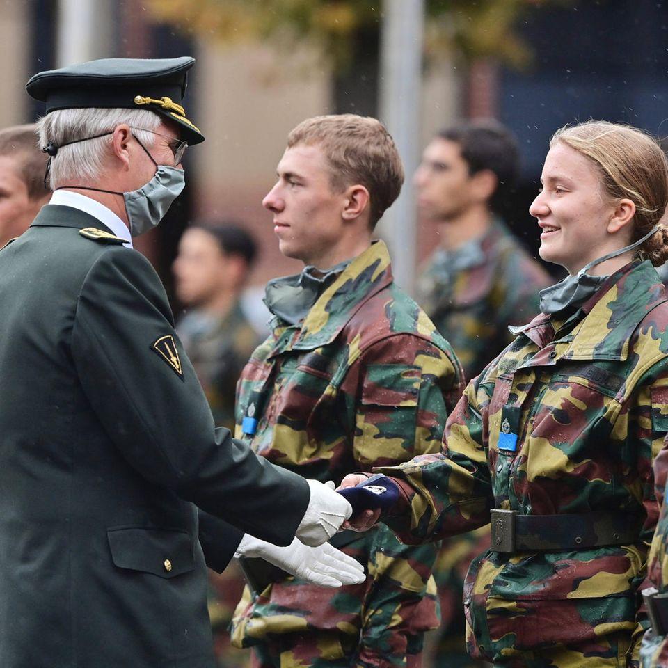 """König Philippe und Prinzessin Elisabeth bei der """"Blauwe Mutsen Parade"""" (dt. Blaue Mützen Parade) der Königlichen Militärakademie KMS in Brüssel."""