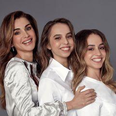 26. September 2020  Die jordanische Königsfamilie kann gleich zwei Geburtstage feiern!Prinzessin Salma (M.) ist heute 20 Jahre alte geworden, ihre Schwester Prinzessin Iman (r.) wird einen Tag später 23 Jahre. Die stolze Mama Königin Rania gratuliert ihren beiden Töchtern mit diesem schönen Porträt.