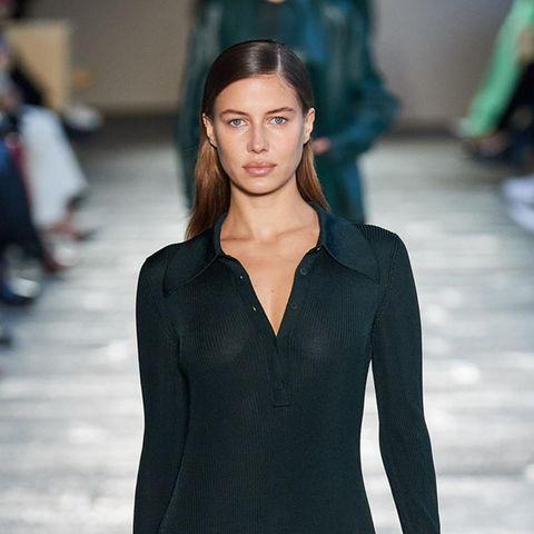 Nicole Poturalski machte jüngst wegen eines gemeinsamen Urlaubs mit Hollywoodstar Brad Pitt Schlagzeilen. Auf dem Laufsteg von Hugo Boss legt das deutsche Model einen eleganten Auftritt hin.