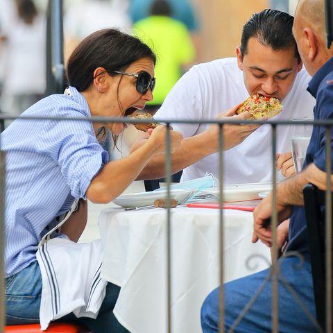 Verliebtsein macht hungrig! Und deswegen verspeisenKatie Holmes und ihr neuer Lover und ChefkochEmilio Vitoloihre Pizza auch mit sichtlichem Gusto. Na, dann mal guten Appetit!