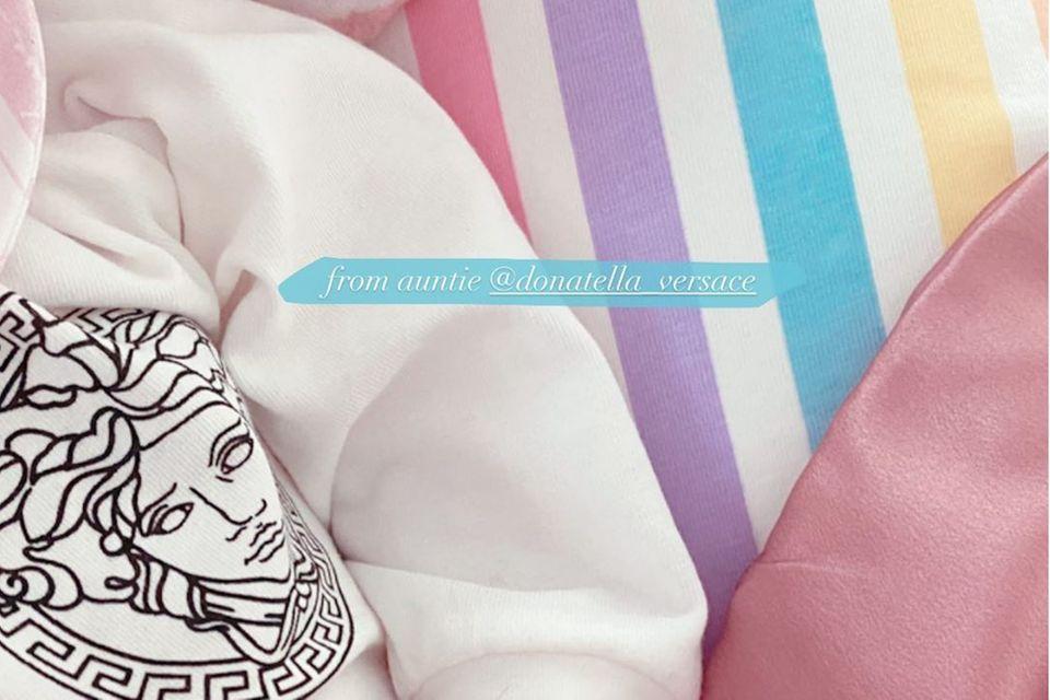 """Gigi Hadid zeigt ihre Tochter auf Instagram - inmitten von Geschenken ihrer berühmten """"Tanten""""."""