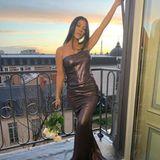 Kourtney Kardashian nutzt den malerischen Sonnenuntergang für ein Glamour-Foto über den Dächern von Paris. Und der Eiffelturm im Hintergrund darf natürlich auch nicht fehlen.