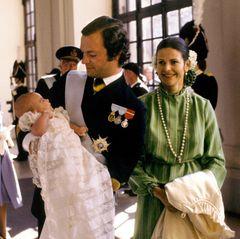 27. September 1977  Im Alter von gut zwei Monaten wird die erste Tochter von Schwedens König Carl Gustaf und seiner Frau Silvia 1977 in der Kapelle des königlichen Palastes in Stockholm auf den Namen Victoria Ingrid Alice Désirée getauft. Und mit ihrem wachen Blick bezaubert die kleine Prinzessin und zukünftige Königin hier nicht nur ihre stolzen Eltern, sondern ein ganzes Volk.
