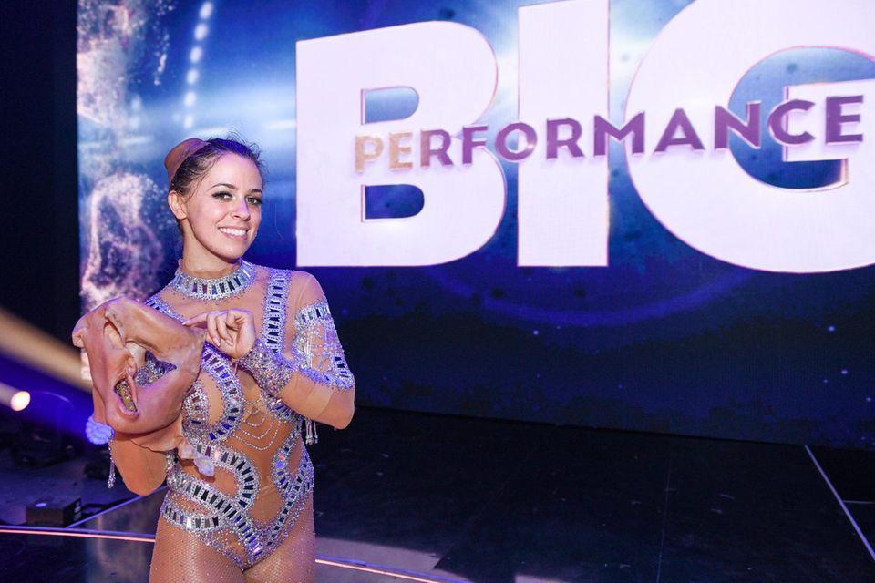 """Vanessa Mai verbirgt sich bei der drittenShow von """"Big Performance -Wer ist der Star im Star"""" unter der Maske von Jennifer Lopez."""