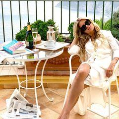 Sylvie Meis posiert vor der traumhaften Kulisse Capris, wo sie momentan ihre Flitterwochen mit Ehemann Niclas Castello verbringt. Mit XL-Sonnenbrille, offener Mähne und in einem weißen Kleid erinnert sie viele Fans an Oscar-Preisträgerin Faye Dunaway. Ehemann Niclas Castello habe sie so in Szene gesetzt, verrät die frisch verheiratete Moderatorin in den Kommentaren.