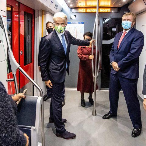"""König Willem-Alexander der Niederlande ist zwar immer viel unterwegs, aber in der U-Bahn hätten wir ihn eher nicht vermutet. Bei der royalen Fahrt handelt es sich daher auch um einen reinenArbeitsbesuch der neu angelegten Metro-Linie """"Noord-Zuidlijn"""" inAmsterdam."""