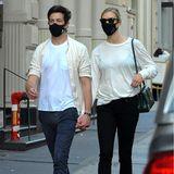Doppelt hält besser: Karlie Kloss und Ehemann Joshua Kushner schlendern im Partnerlook durch New York City, beide tragen beigefarbene Oberteile kombiniert zu dunklen Jeans. Selbstverständlich darf auch ein farblich passender Mund-Nasen-Schutz nicht fehlen, hier setzen das Model und der Geschäftsmannauf eine schlichte, schwarze Variante. Doch nicht nurEhepaar Kloss-Kushner scheint sich bei der Wahl ihrer Masken abgesprochen zu haben ...