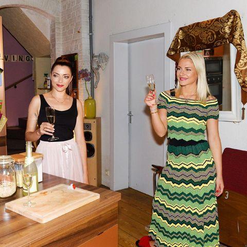 Nazan (Vildan Cirpan) undEmily (Anne Menden) verabschieden Sunny (Valentina Pahde).