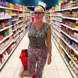 """Im wild gemusterten Wohlfühl-Look begibt sich die """"Katze""""im mallorquinischem Supermarkt auf Beutefang.""""GUT dass mich in Spanien keine Sau kennt..."""", schreibt Daniela Katzenberger herrlich uneitel zu ihrem Shopping-Schnappschuss auf Instagram."""