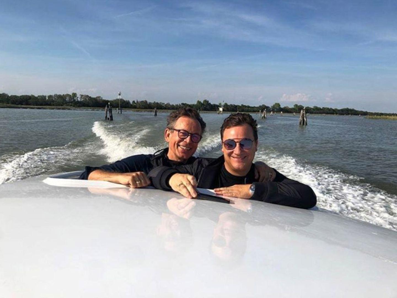 27. September 2020  Modedesigner Guido Maria Kretschmer und Ehemann Frank genießen das spätsommerliche Wetter und sendenschöne Sonntagsgrüße vom Wasser via Instagram. Und nacheinem erholsamen Wochenende startet es sich auch gleich mit einem Lächelnin die neue Woche.