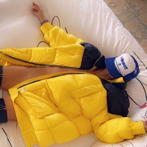 Unterwäsche? Fehlanzeige. Stattdessen setzt Heidi Klum auf eine dicke, knallgelbeWinterjacke und Overknee-Stiefelaus Lack, um ihre Fans mit einem neuen, etwas fragwürdigen Schnappschuss zu überraschen. Während ihre Intimzonen von der Daunenjacke bedeckt werden, versteckt die Vierfach-Mama ihrGesicht unter einerBaseball Cap.Vielleicht, weil ihr der Look selber etwas peinlich ist?