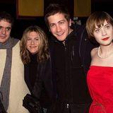 """29. September 2020  Schauspielerin Zooey Deschanel (r.)kramt einen alten Schnappschussvom """"Sundance Festival 2002"""" heraus. """"Kann mir jemand sagen, wer die anderen auf dem Foto sind?"""", fragt sie scherzhaft auf Instagram. Neben ihrstehen natürlich keine Geringerenals HollywoodstarsJake Gyllenhaal und Jennifer Aniston, die damals mit ihr gemeinsam fürden Film """"The Good Girl"""" vonRegisseur Miguel Arteta (l.) vor der Kamera standen."""