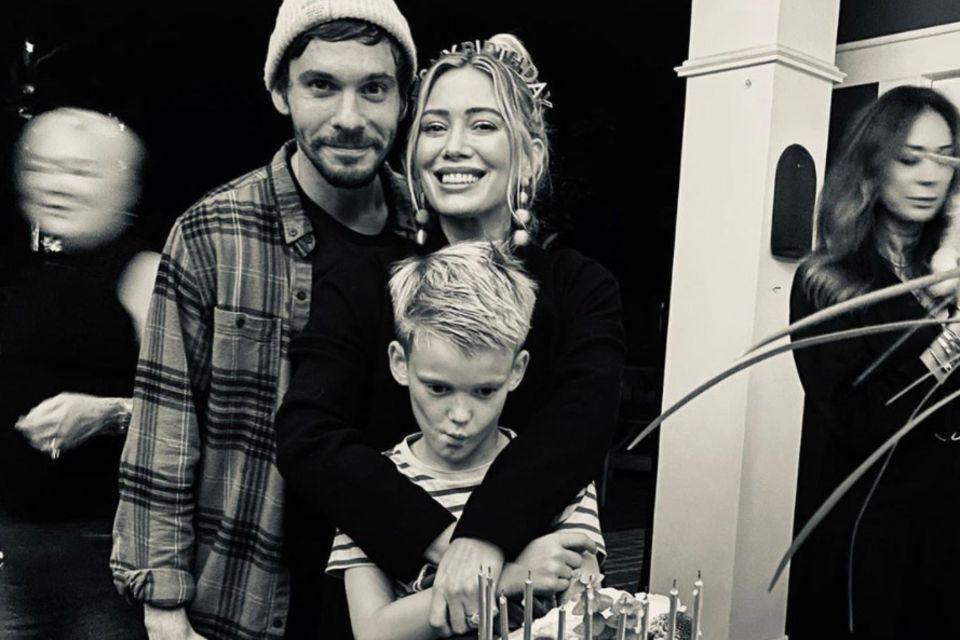 """""""Genug Fotos - wann geht's endlich an die Torte?"""", scheint sich Sohn Luca auf der Feier seiner Mutter zu fragen. Bestimmt bald, aber zuerst posiert das strahlende Geburtstagskind Hilary Duff noch für ein paar schöne Schnappschüsse fürs Familienalbum."""