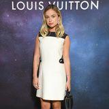 """Zum Launch der """"Stellar Jewelry""""-Kollektion von Louis Vuitton reist Lady Amelia Windsor nach Paris. Dort zeigt sie sich in einem schwarz-weißen Etuikleid des französischen Modehauses (Preis rund 2.120 Euro). Dazu trägt sie Lackloafer mit dem ikonischen Logo-Absatz (Preis rund 950 Euro) und eine """"Capucines""""-Tasche für rund 3.450 Euro."""