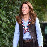 Im Pfadfinder-Outfit und mit Halstuchsieht man Kate nur selten. Schade eigentlich, denn der schlichte Look steht der Herzogin ausgezeichnet. Die dunklen Farbtöne unterstützen den natürlichen Glanzvon Kates Haaren, die mit leichten Wellen natürlich in Szene gesetzt sind.