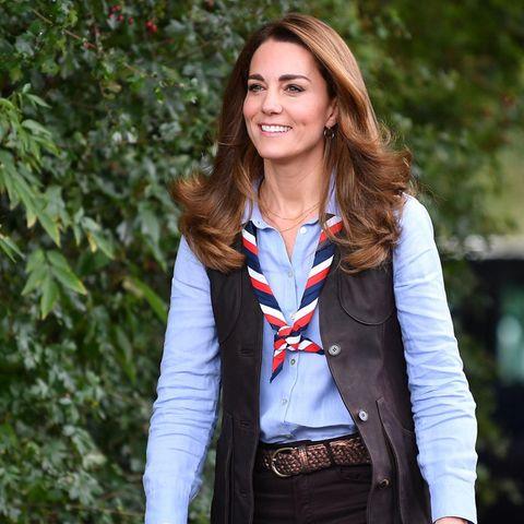 Der schlichte Look steht der Herzogin ausgezeichnet. Die dunklen Farbtöne unterstützen den natürlichen Glanzvon Kates Haaren, die mit leichten Wellen natürlich in Szene gesetzt sind.