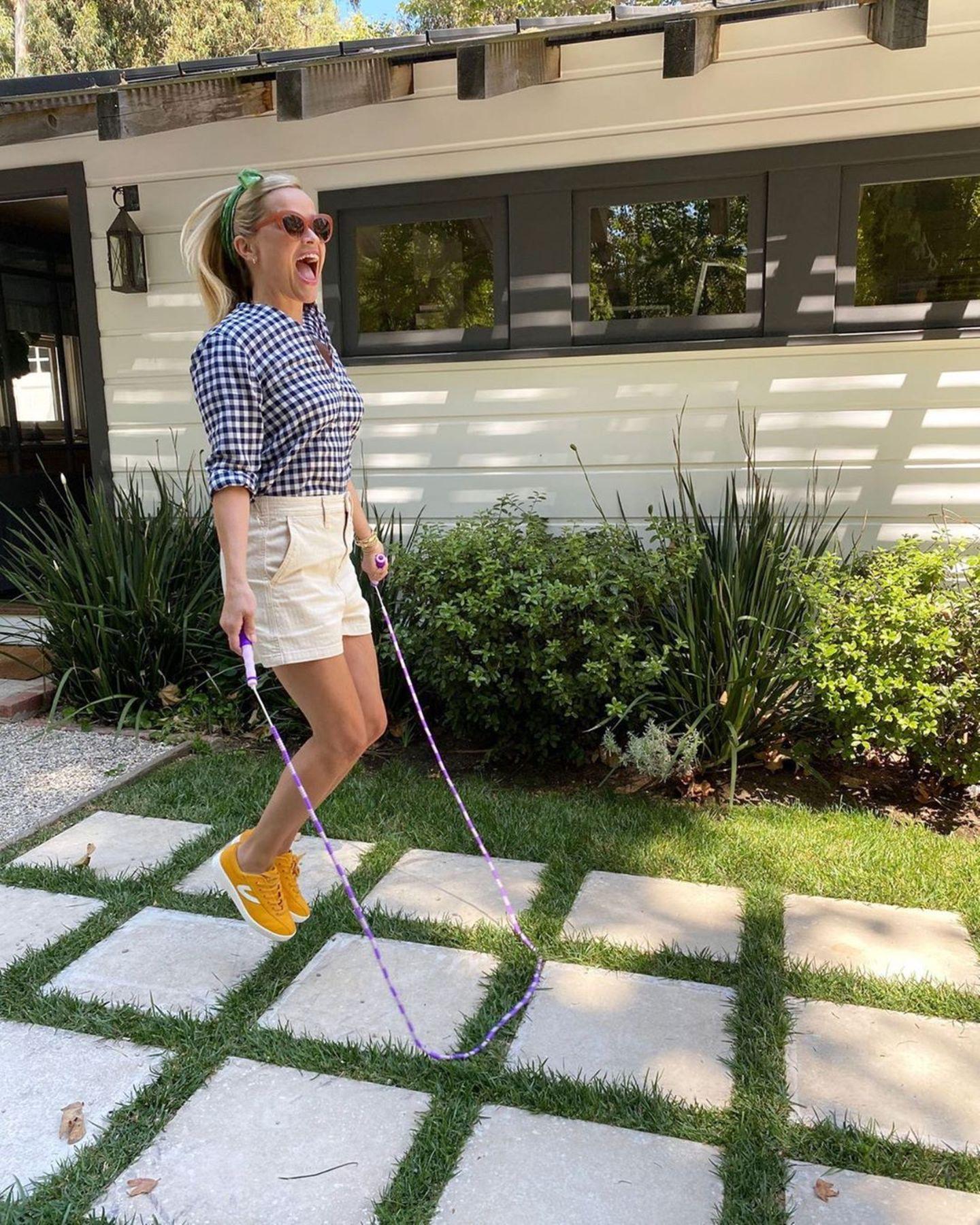 29. September 2020  Reese Witherspoon erweckt das kleine Mädchenin ihr und hat beim Seilspringen im Garten sichtlich Spaß.