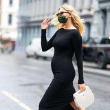 """Nachdem """"Victoria's Secret""""-Engel Elsa Hosk via Instagram ihre Schwangerschaft offiziell verkündet hat, muss sie ihrenwachsenden Babybauch endlich nicht mehr verstecken und kann ihr Glück mit der ganzen Welt teilen! In einem schwarzen, eng anliegenden Midi-Kleid spaziert das Model wenige Stunden nach der Verkündung der Baby-News durch ihre Wahlheimat New York City und macht einen Zebrastreifen zum Catwalk. Kein Wunder, schließlich läuft Elsa Hosk seit 2011 für das Dessous-Label """"Victoria's Secret"""" und durfte 2015 sogar den heiß begehrten """"Fantasy Bra"""" (Kosten: rund eine Millionen US-Dollar) präsentieren."""