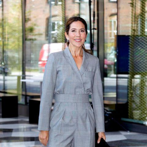 Klassisch und doch modern: So zeigt sich Prinzessin Mary bei den Dänischen Industrie-Awards. Dabei trägt sie einen grauen Jumpsuit im Blazer-Stil von Max Mara, der durch den taillierten Schnitt raffiniert ihre tolle Figur betont. Dazukombiniert sie schlichte schwarze Pumps und Clutch.