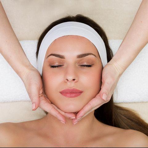 Gesichtsmassage: Frau bekommt das Gesicht massiert