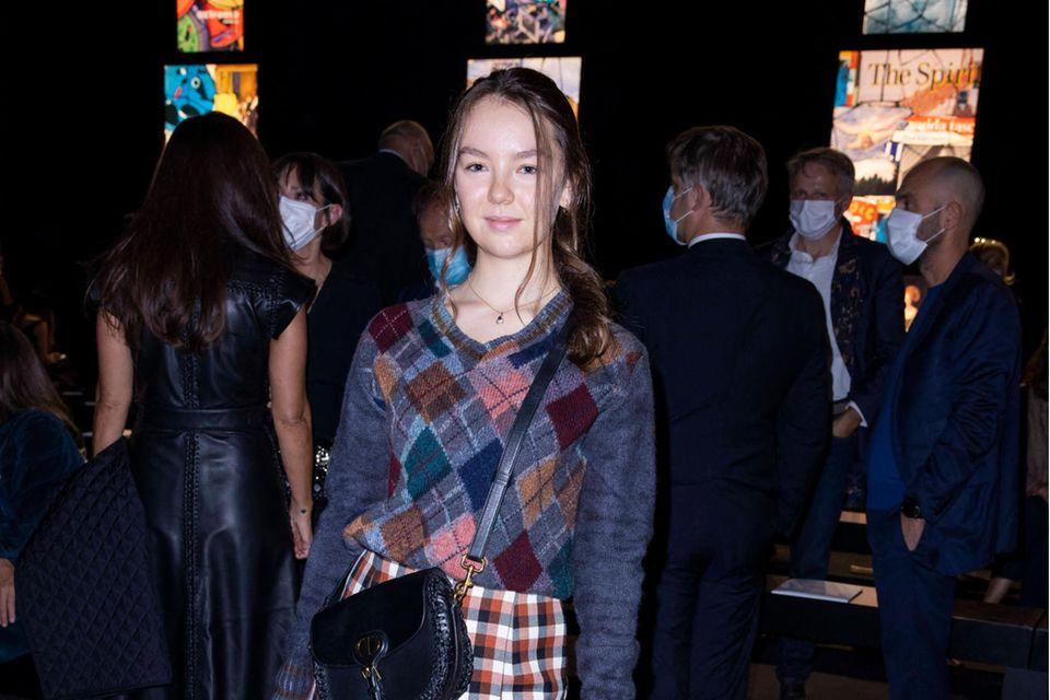 Dieses It-Girl kennen wir doch! Prinzessin Alexandra von Hannover, Schwester von Charlotte Casiraghi, zeigte sich auf der Pariser Fashionweek bei der Show von Dior - in einem coolen, herbstlichen Mustermix.