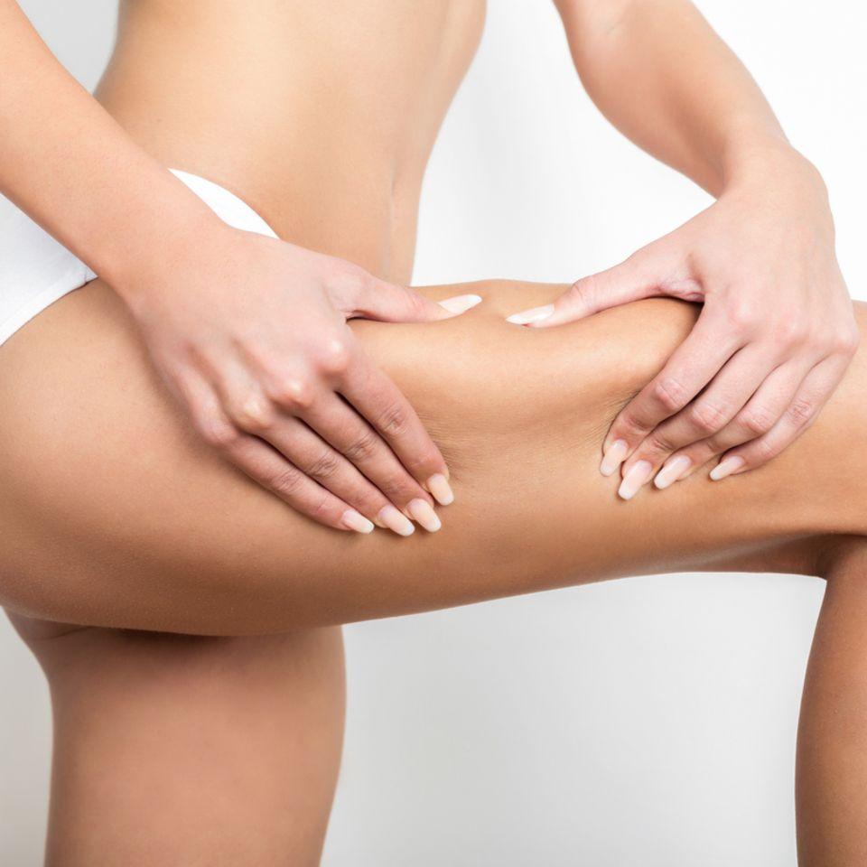 Frau befreit Oberschenkel von Cellulite