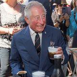 In Griechenland kommt Prinz Charles aus dem Staunen über die vielen Kaffeevarianten, die ihm gereicht werden, gar nicht mehr raus.
