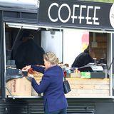"""Auch unterwegs wollen unsere Blaublüter nicht auf den geliebten Kaffee verzichten. Bei der """"Royal Windsor Horse Show"""" gönnt sich Gräfin Sophie von Wessex ein Heißgetränk auf die Hand."""