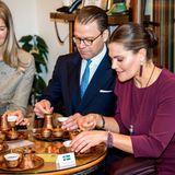 In Sarajevo lassen sich Prinz Daniel und Prinzessin Victoria die traditionelle bosnische Kaffeezeremonie zeigen. Die braune Flüssigkeit wird in Kupferkännchengereicht. Der dickliche Sud wird in kleinen Tässchen mit viel Zucker gereicht.