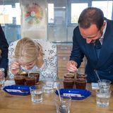 Wie die Profis machen sich Prinzessin Mette-Marit und Prinz Haakon in Äthiopien bei einer Kaffee-Verkostung, dem sogenannten Cupping, ans Werk.