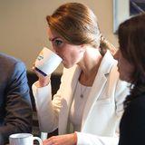"""Ein Schluck Wärme für Herzogin Catherine: Auf ihrer Kanada-Reise 2016 besucht die Herzogin das """"Kelty Mental Health Resource Centre"""" und wird mit einem Kaffee herzlich in Empfang genommen."""