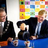 Selbst ist der König: Bei einem Treffen in Rotterdam greift König Willem-Alexander beherzt zur Kaffeekanne.