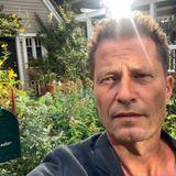 """Für sein neuestes Filmprojekt """"DieRettung der uns bekannten Welt"""" hat sich Regisseur Til Schweiger einen ziemlich idyllischen Drehort ausgesucht. Der verwunschene Charme des Cottage-Gartensam Ammersee begeistert nicht nur Rosamunde-Pilcher-Fans."""
