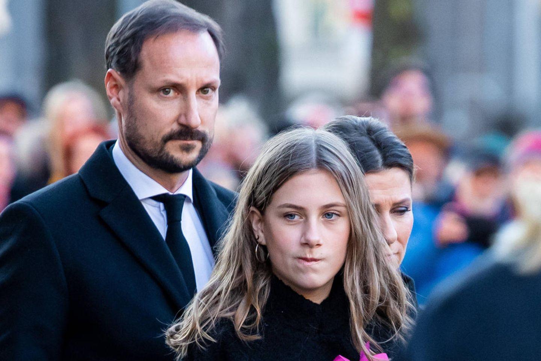 Prinz Haakon, Leah Isadora Behn und Prinzessin Märtha Louise kurz nachder Trauerfeier von Ari Behn (†)