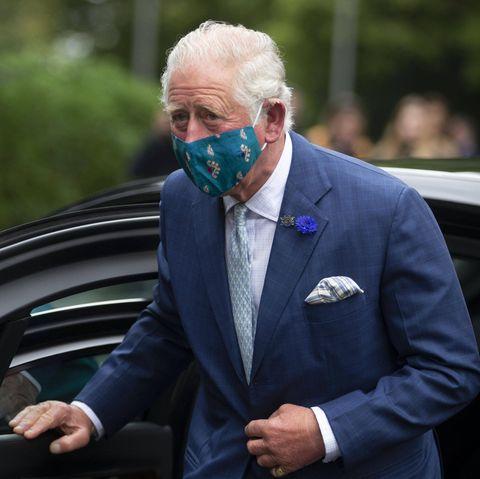 """30. September 2020  Doppelte Premiere für Prinz Charles. Er ist für Termine nach Nordirland geflogen und bestreitet somit seinen ersten Auslandseinsatz seit dem Ausbruch der Coronapandemie. Auch optisch gibt es ein """"erstes Mal"""": Mit Mund-Nase-Schutz hat man ihn noch nicht gesehen."""