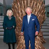 """Ein neuer Thron für Charles? Im Ulster Museum inBelfast posiert der Prinz von Wales an der Seite seiner Frau Herzogin Camilla vor einer handgemachtenNachbildung des berühmten Eisernen Throns aus der US-Serie """"Game Of Thrones"""". Den darf er allerdings nicht mit nach Hause nehmen. Macht nichts, der Thron im Buckingham Palast ist bequemer."""