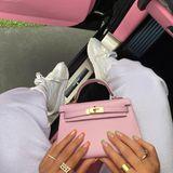 Kunstvoll setzt die Jüngste aus dem Kardashian-Jenner-Clan ihre Hermès Kelly Mini (Preis rund 7.000 Euro) in Szene.
